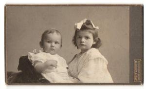 Fotografie Atelier Wertheim, Berlin, Portrait Säugling und ältere Schwester