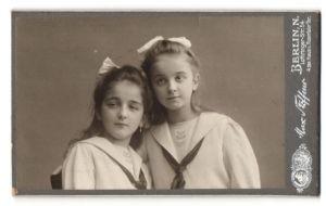 Fotografie Max Steffens, Berlin-N, Portrait zwei Mädchen mit Haarschleifen