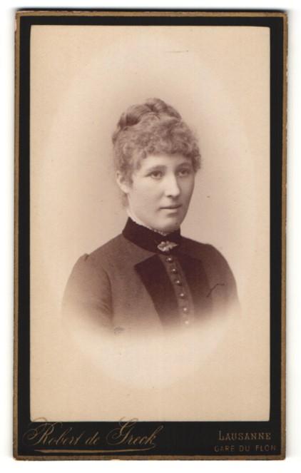 Fotografie Robert de Greck, Lausanne, Portrait junge Frau mit zusammengebundenem Haar