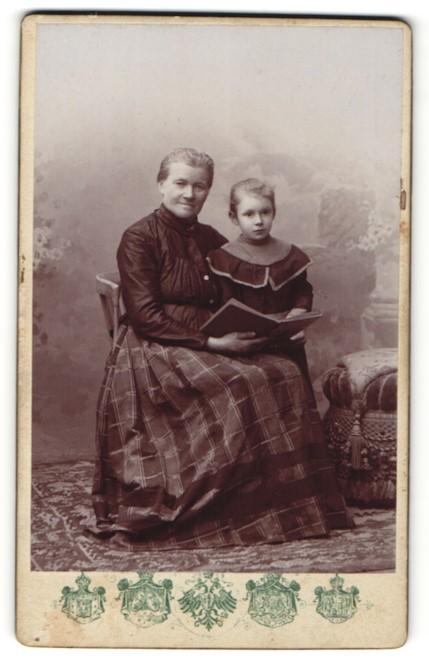 Fotografie J. F. Langhans & Co., Pilsen & Budweis, Portrait betagte Dame und Enkelkind