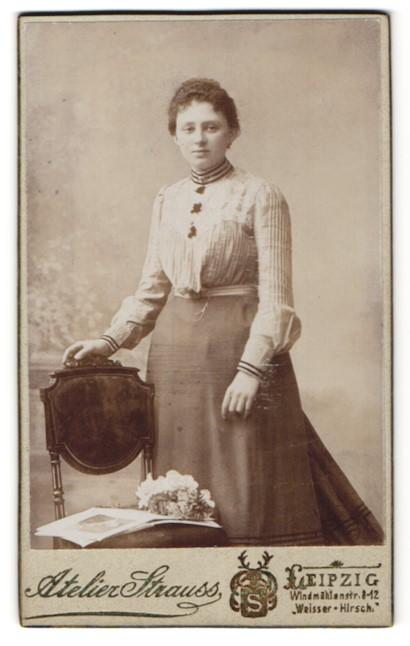 Fotografie Atelier Strauss, Leipzig, Portrait junge Frau in zeitgenöss. Garderobe