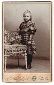 Fotografie A. Jandorf & Co., Berlin, Portrait Mädchen in kariertem Kleid