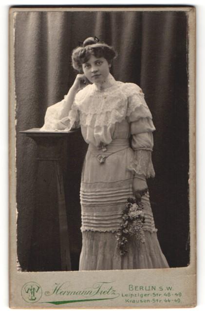 Fotografie Hermann Tietz, Berlin-SW, Portrait junge Dame mit Hochsteckfrisur