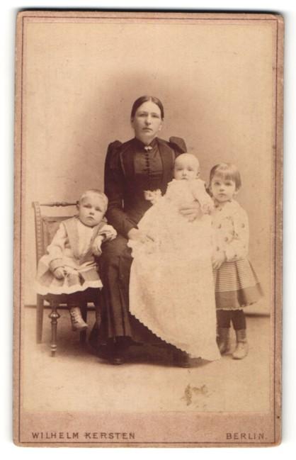 Fotografie Wilhelm Kersten, Berlin, Portrait Mutter mit drei Kindern