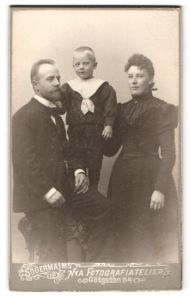 Fotografie Södermalm's Nya Fotografiatelier, Stockholm, Portrait junge bürgerliche Familie