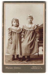 Fotografie Hugo Opitz, Berlin-N, Portrait zwei Schwestern in identischen Kleidern