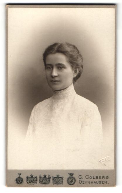 Fotografie C. Colberg, Bad Oeynhausen, Portrait junge Dame mit zeitgenöss. Frisur