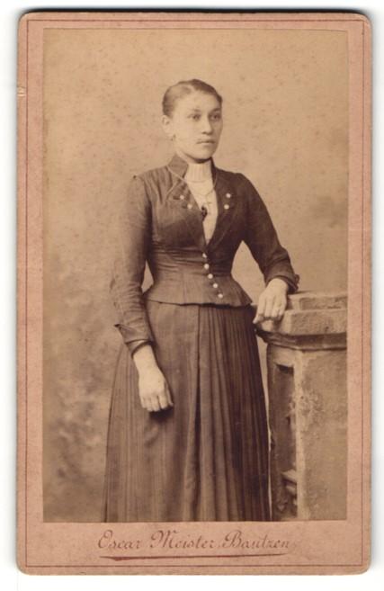 Fotografie Oscar Meister, Bautzen, Portrait Fräulein in zeitgenöss. Garderobe