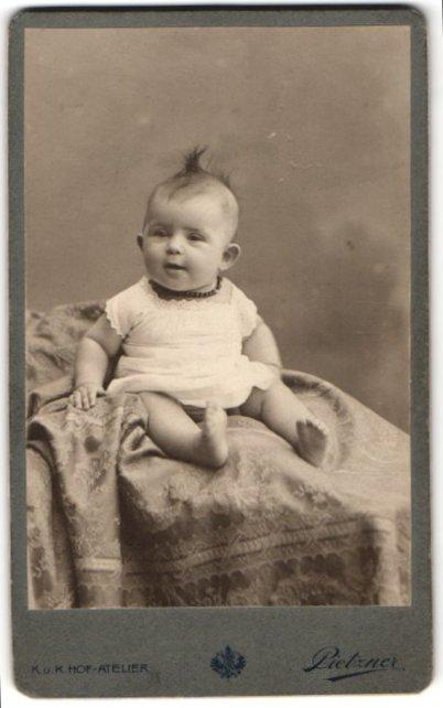 Fotografie C. Pietzner, Wien, Portrait Säugling in Leibchen