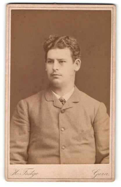 Fotografie H. Festge, Gera, Portrait junger Herr mit zeitgenöss. Frisur