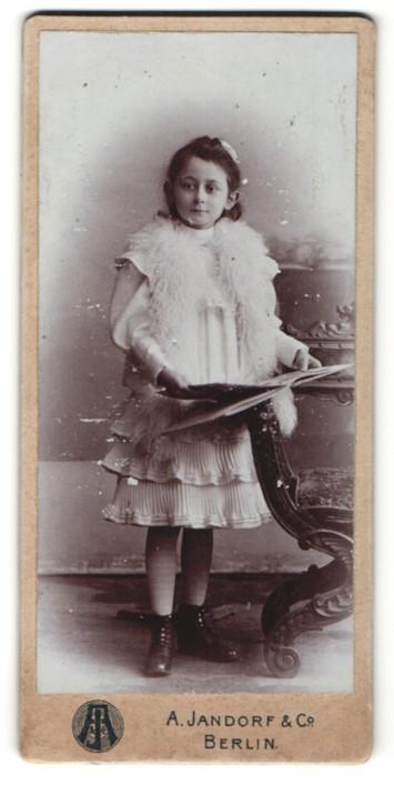 Fotografie A. Jandorf & Co., Berlin, Portrait Mädchen mit Buch