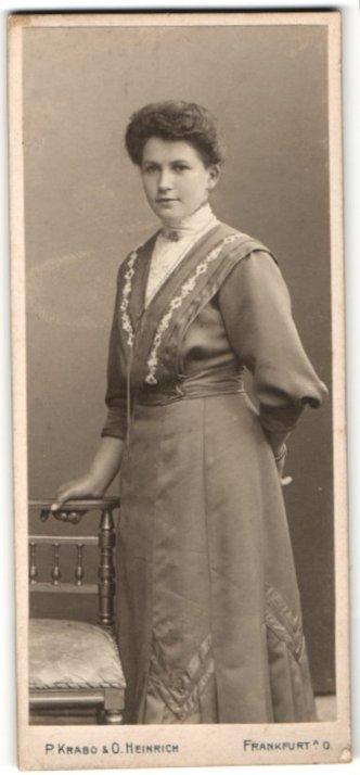 Fotografie P. Krabo & O. Heinrich, Frankfurt a/O, Portrait junge Dame mit zeitgenöss. Frisur
