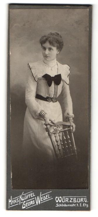 Fotografie Hans Klüpfel & Georg Wedel, Würzburg, Portrait junge Dame in zeitgenöss. Garderobe