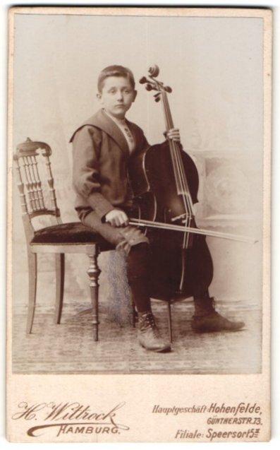 Fotografie H. Wittrock, Hamburg, Knabe mit Cello im Foto-Atelier