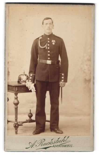 Fotografie A. Ruckstuhl, Amrisweil, Soldat in Uniform mit Orden und Pickelhaube