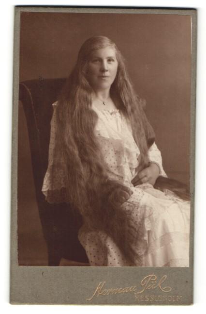 Fotografie Hermann Pül, Hessleholm, Mädchen mit langem Haar im Nachtkleid