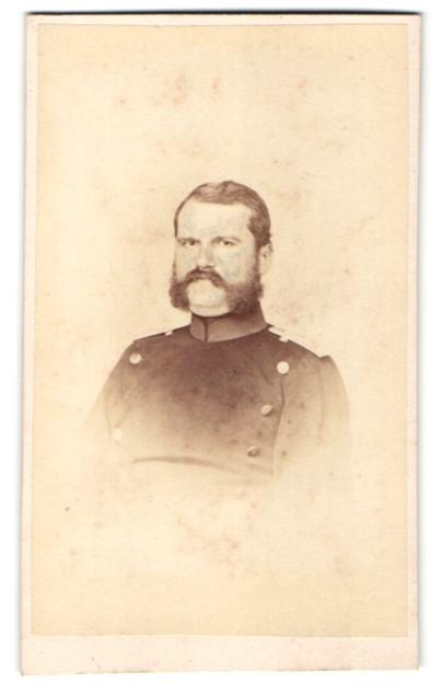 Fotografie Julius Giere, Hannover, Portrait Soldat in Uniform