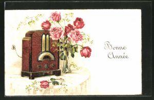 Lithographie Radio mit Blumenstrauss auf einem Tisch,