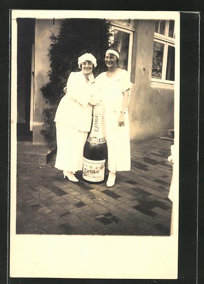 AK Damen posieren mit übergrosser Sektflasche