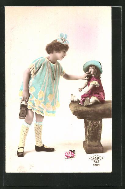 AK Mädchen setzt eine Puppe auf eine Bank