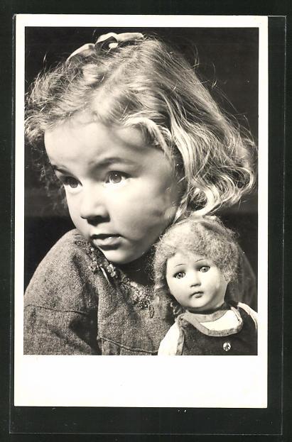 AK Mädchen hält eine Puppe im Arm