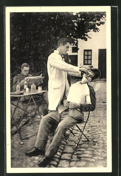 AK Friseur / Barbier rasiert einen Jungen Mann im Freien