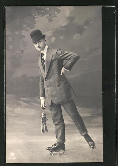 AK Mann im Anzug mit Monokel auf Rollschuhen