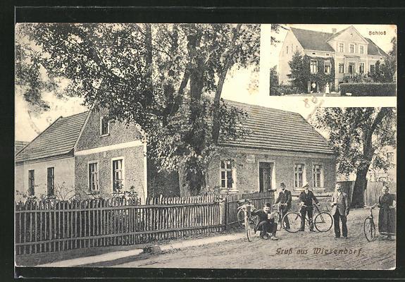 AK Wiesendorf, Männer und Frau auf Fahrrädern an einem Haus, Schlossansicht 0