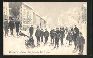 AK Oberhof, Hauptstrasse im Schnee mit heimkehrender Schuljugend auf Skiern