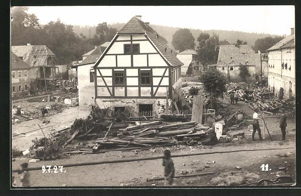 Foto-AK Berggiesshübel, zerstörte Häuser in einer Strasse, Hochwasser am 9.7.1927