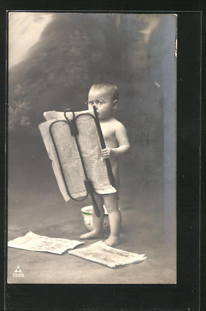 Foto-AK nackter Knabe beim Zeitunglesen mit Töpfchen, Toilettenhumor
