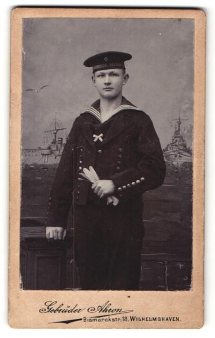 Fotografie Gebrüder Ahron, Wilhelmshaven, Matrose der kaiserlichen Marine mit Mützenband Matrosen-Division II