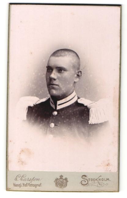 Fotografie Atelier Larsson, Stockholm, Portrait Soldat in Uniform mit Epauletten