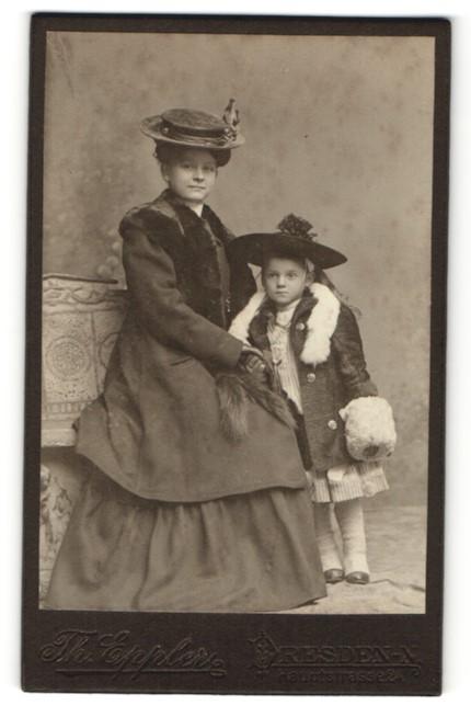 Fotografie Th. Eppler, Dresden, Mutter mit Pelzboa & Hut nebst Tochter mit Hut und Pelzboa