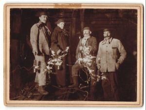 Fotografie Bergleute mit Grubenlampe in einem Schacht unter Tage