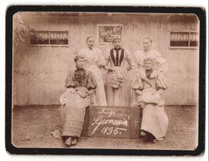 Fotografie elegante Damen modisch gekleidet, Schild: Riege