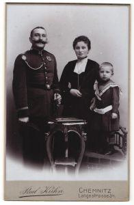 Fotografie Paul Kühn, Chemnitz, Uffz in Uniform mit Orden und Schützenschnur nebst Frau & Sohn