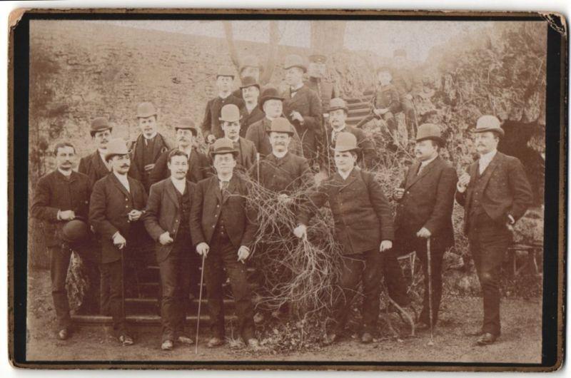 Fotografie Fotograf und Ort unbekannt, Herren-Club, Männer im Anzug mit Hut-Melone, Gruppenbild
