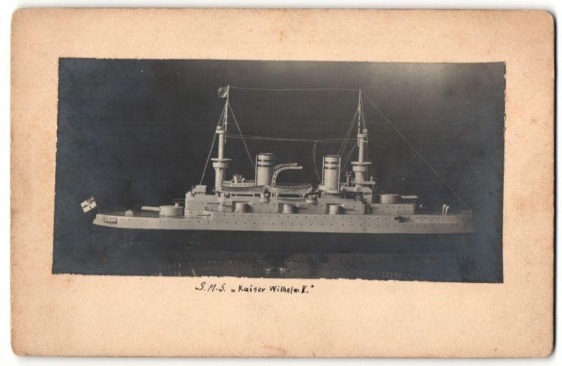 Fotografie Schiffsmodell S.M.S. Kaiser Wilhelm II., Rückseitig Auflistung Linienschiffe der Kaiser-Klasse
