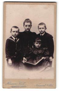 Fotografie Hermann Koch, Neuwied a/Rh, Portrait Mutter mit drei Kindern