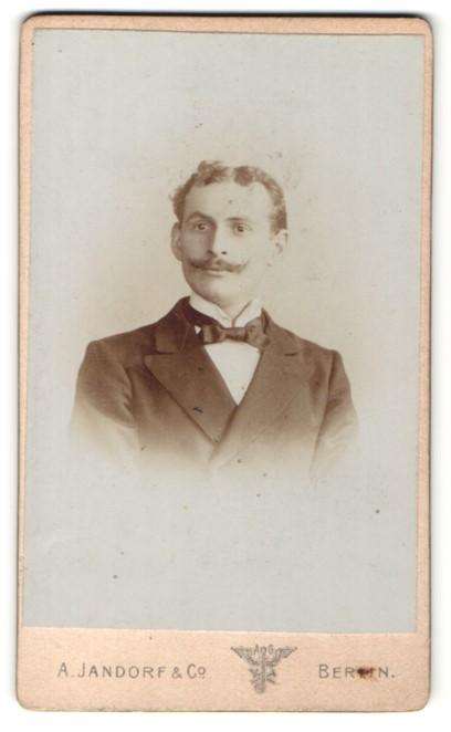 Fotografie A. Jandorf & Co., Berlin, Portrait Herr mit zeitgenöss. Frisur