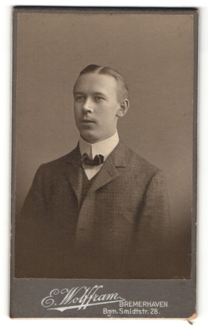 Fotografie E. Wolffram, Bremerhaven, Portrait junger bürgerlicher Herr