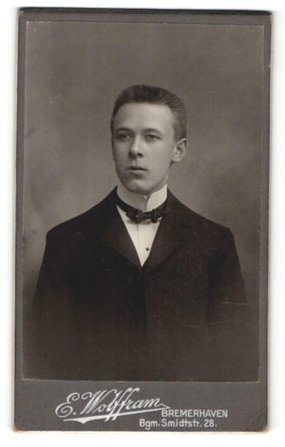 Fotografie E. Wolffram, Bremerhaven, Portrait junger Mann mit Bürstenhaarschnitt