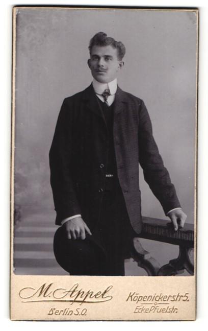 Fotografie M. Appel, Berlin-SO, Portrait junger Herr mit zeitgenöss. Frisur