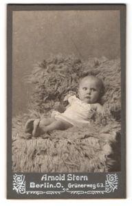 Fotografie Arnold Stern, Berlin-O, Portrait Säugling in Leibchen