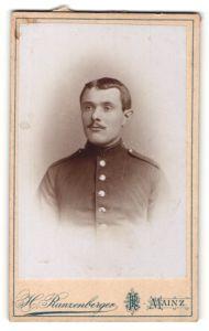 Fotografie H. Ranzenberger, Mainz, Portrait Junger Mann in Uniform