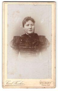 Fotografie Carl Fischer, Velbert, Portrait junge Frau mit zusammengebundenem Haar