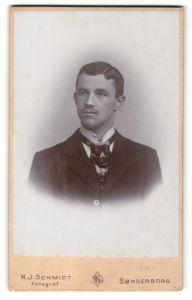 Fotografie N. J. Schmidt, Sonderborg, Portrait junger Herr in Anzug