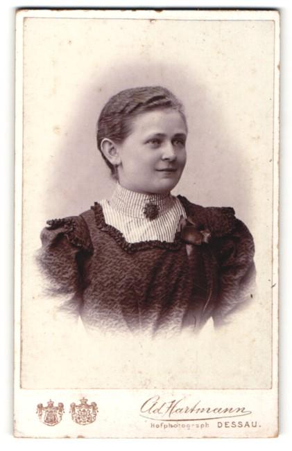 Fotografie Ad. Hartmann, Dessau, Portrait junge Frau mit zurückgebundenem Haar
