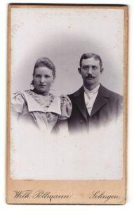 Fotografie Wilh. Pollmann, Solingen, Portrait junges Paar in festlicher Kleidung